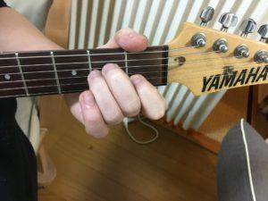 Amコードをギターで押さえてみた写真